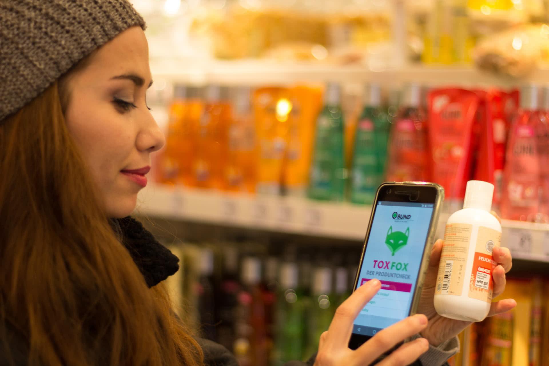 Beim Einkauf Produkte mit Apps auf bedenkliche Inhaltsstoffe prüfen